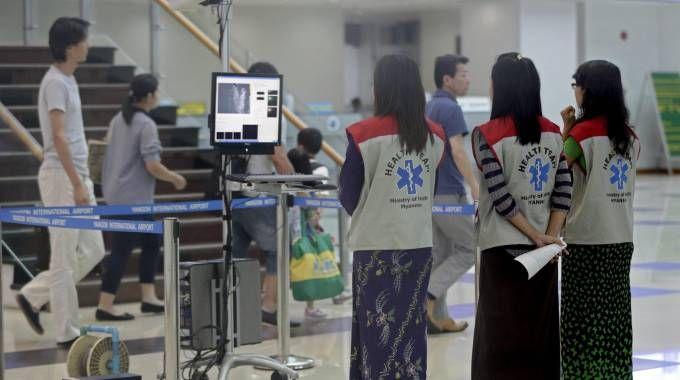 Accertamenti per ebola (foto Ansa)