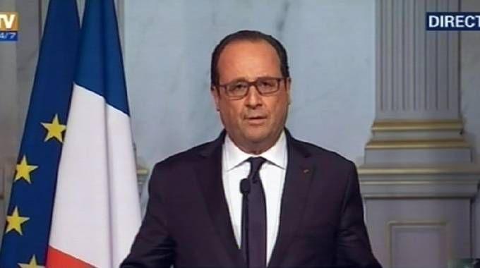 Francois Hollande annuncia la chiusura delle frontiere