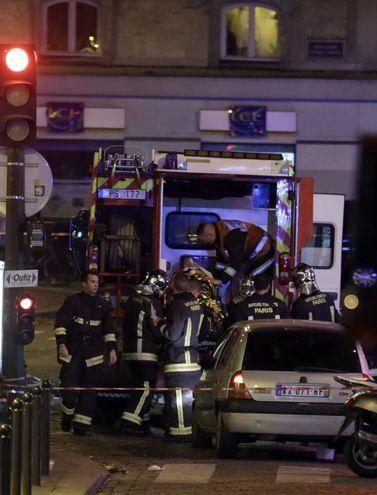 Un ferito viene caricato in un'ambulanza (Afp)