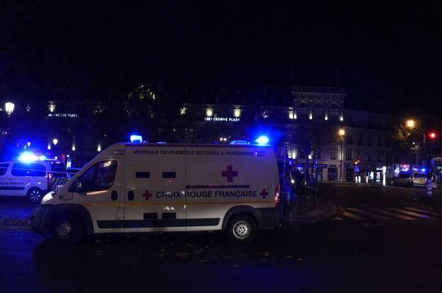 Place de la Repubblique piena di ambulanze (Afp)