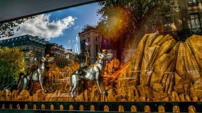 Un'immagine di una vetrina alla Galleria Lafayette di Parigi (Lapresse)