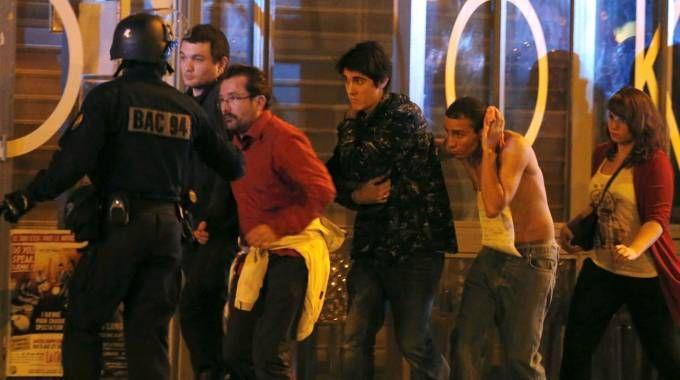 Le forze speciali francesi metono al sicuro alcune persone al Bataclan (Reuters)