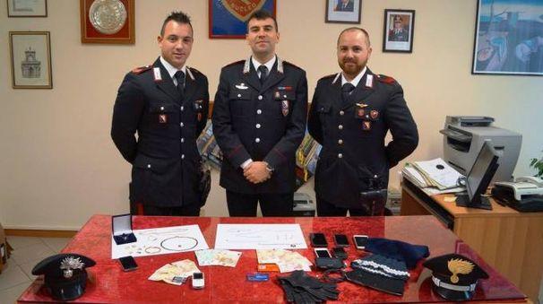 I carabinieri col materiale sequestrato
