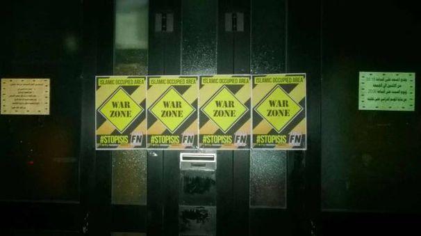 Fossombrone, cartelli di Forza Nuova affissi sul portone della moschea