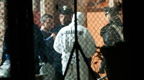 Francesco Rosi, 43 anni, attorniato dai carabinieri sopraggiunti nell'abitazione in cui  si è consumato il delitto