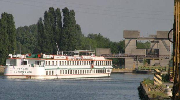 Una nave nei pressi del porto di Cremona sul Po