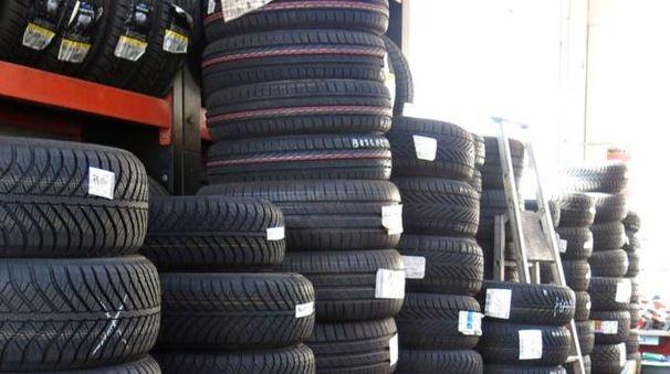 Cambio gomme, è ora di pensare ai pneumatici invernali (Foto Pasquale Bove)