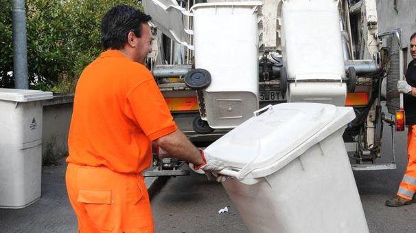 Gli albergatori hanno contestato la tariffazione prevista per il servizio di raccolta rifiuti. Sotto, Rodolfo Albicocco (Aia)