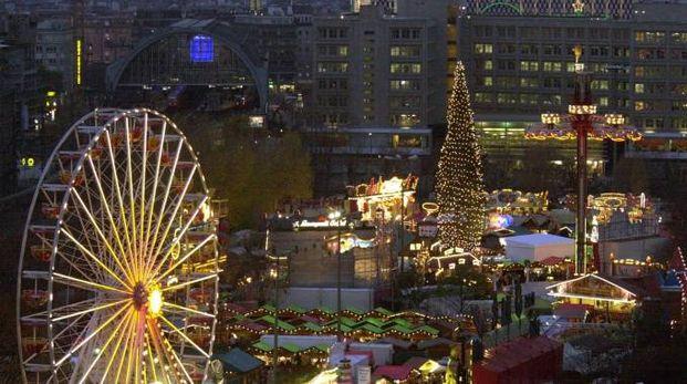 Berlino, mercatini di Natale ad Alexanderplatz (Ansa)