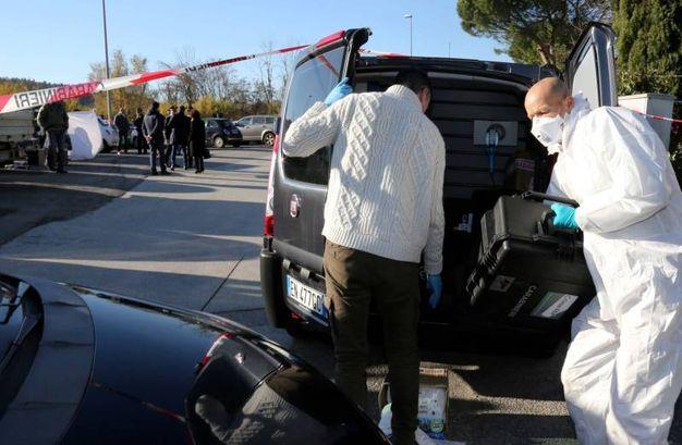 I  carabinieri sul luogo del ritrovamento del cadavere nel bagagliaio di un'auto (Germogli)