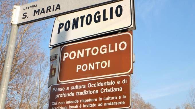 Uno dei cartelli voluti dalla giunta  comunale finiti al centro delle polemiche Sotto: il sindaco Alessandro Seghezzi