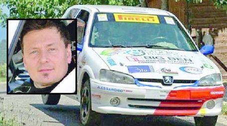 Giacomo Bicchielli e a fianco la sua auto da rally