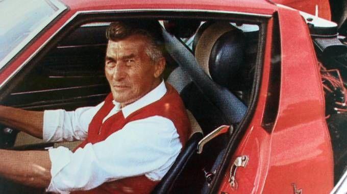 Ferruccio Lamborghini alla guida di uno dei suoi bolidi