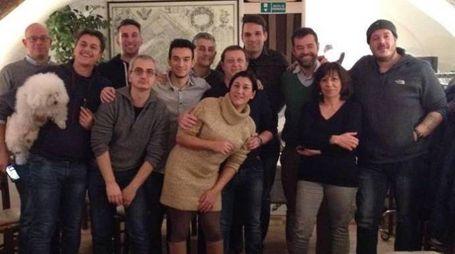 La foto del gruppo di tifosi con il presidente della Pallacanestro Ferrara Bondi, Fabio Bulgarelli