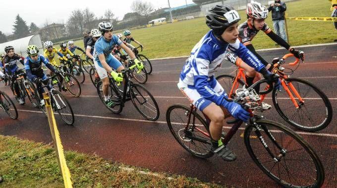 La partenza e un momento della corsa in memoria del giovane Edoardo Baccin (Foto Newpress)