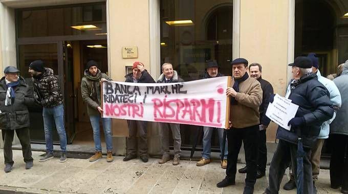 Banca Marche, il sit-in dei risparmiatori