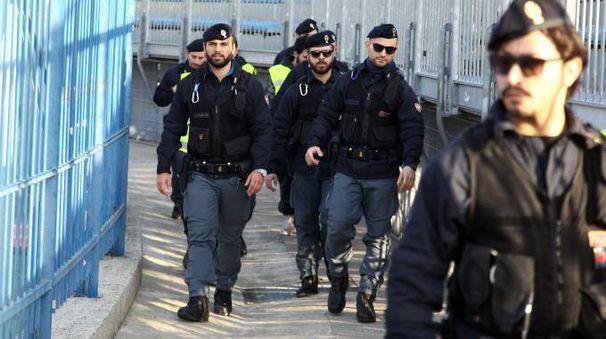 Polizia allo stadio. Foto Gianni Nucci/Germogli
