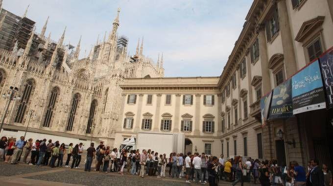 Visitatori in coda a Palazzo Reale per una mostra