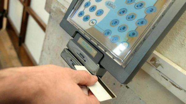 Un dipendente timbra il cartellino per uscire (Foto archivio)