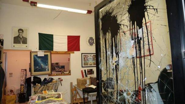 """La sede della libreria """"Il Bargello"""" dopo l'assalto degli incappucciati (New Press Photo)"""