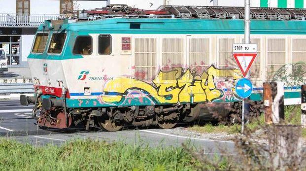 I treni bersaglio di scritte e graffiti (Foto archivio)
