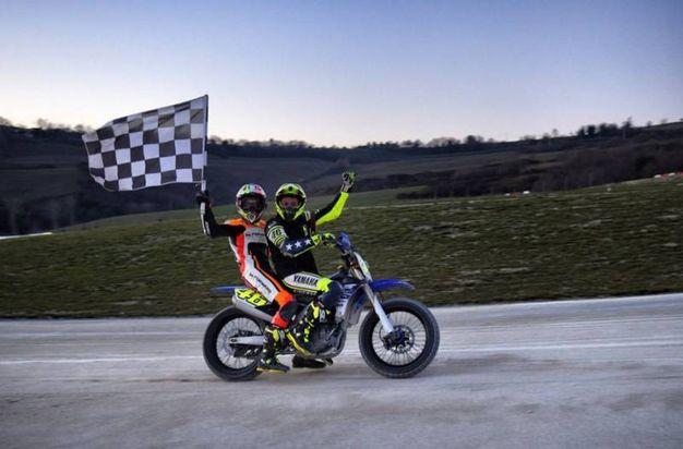 Valentino Rossi e Luca Marini festeggiano la vittoria (Foto da Twitter)