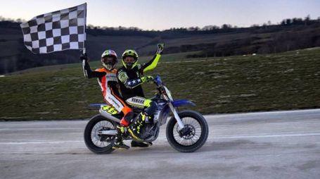 L'esultanza di Valentino Rossi e Luca Marini, che hanno trionfato sulla pista di famiglia.
