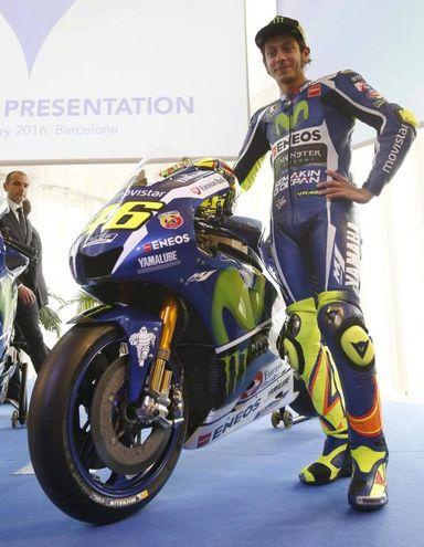 Jorge Lorenzo e Valentino Rossi alla presentazione della Yamaha M1 (Ansa)