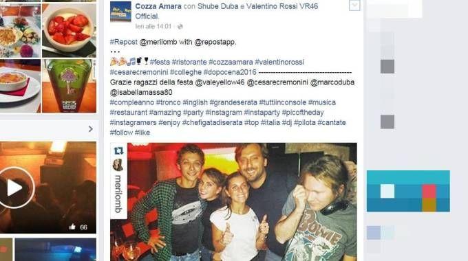 La foto che ritrae Valentino Rossi e Cesare Cremonini postata su Facebook dal ristorante Cozza Amara di Pesaro