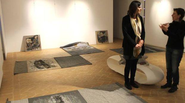 L'assessore Monteverde e l'artista Paola Folicaldi Suh durante l'allestimento della mostra Fortitudo