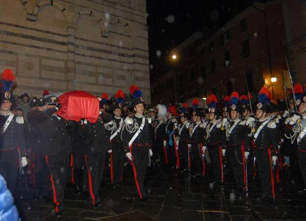 Il feretro esce dal Duomo