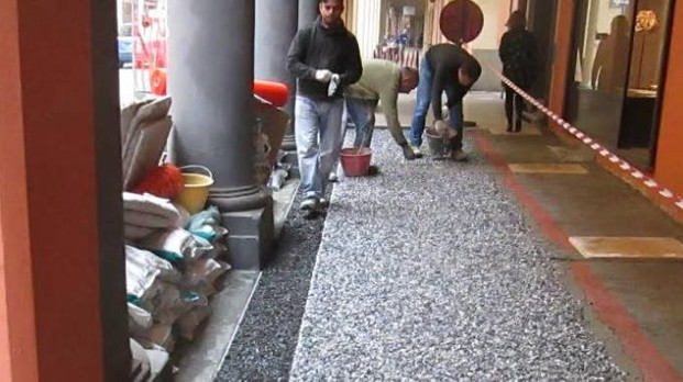 I lavori nel portico di via Mascarella
