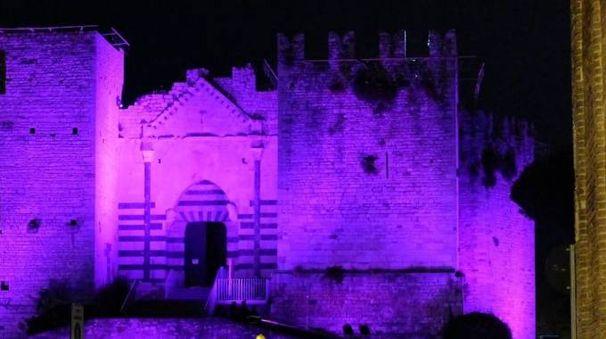 Il Castello dell'Imperatore illuminato di viola (foto Attalmi)