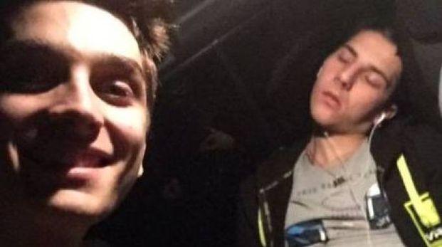 Il selfie pubblicato da Luca Marini con Andrea Migno che dorme sul pullman della Vr46