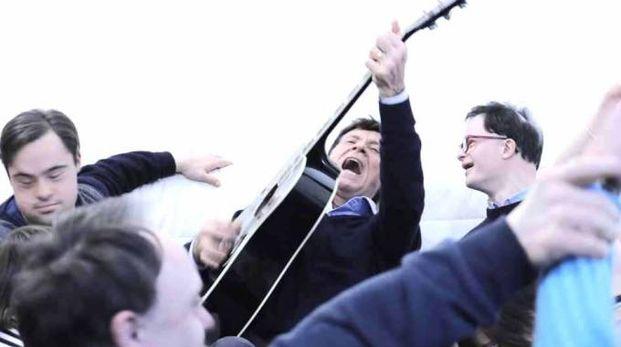 Gianni Morandi canta con i ragazzi di «Sognando Gianni Morandi»