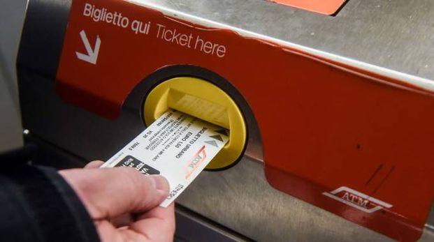 Milano, tornelli bloccati in uscita: obbligo di convalida dei biglietti (Newpress)