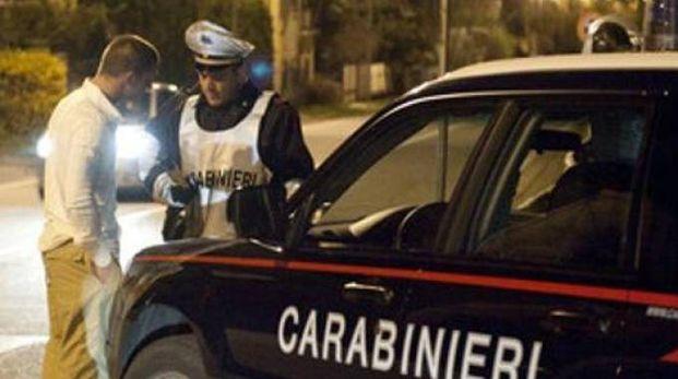Un controllo con l'etilometro da parte dei carabinieri durante la notte