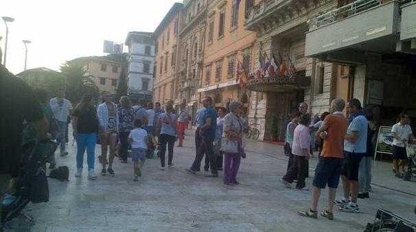 La piazza dopo l'allontamanento dell'artista di strada