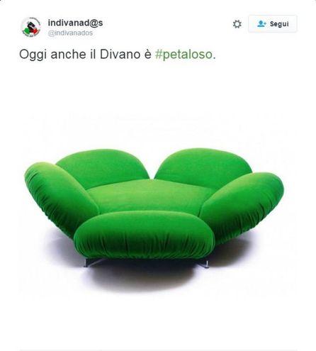 Il divano petaloso (Foto da Twitter)