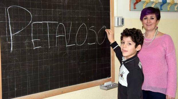 Matteo Trovò, il bimbo che ha inventato la parola 'petaloso', con la maestra Margherita