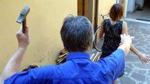 Un uomo insegue una donna con un martello (foto Ravaglia)