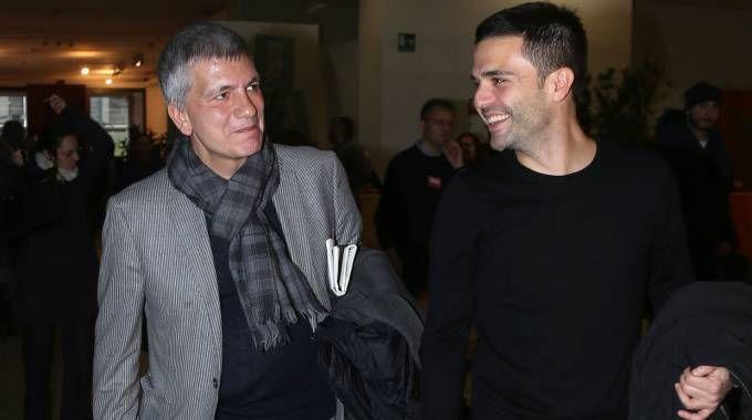 Nichi Vendola sorridente con il compagno e Eddy Testa (NewPress)