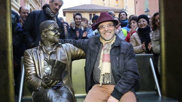 La statua di Lucio Dalla in piazza de' Celestini (foto Schicchi)