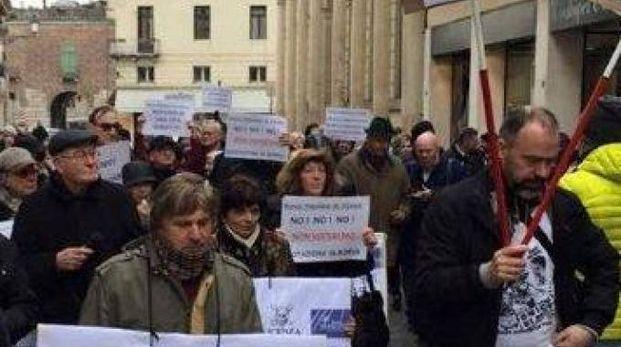 Azionisti della Popolare protestano per le strade di Vicenza