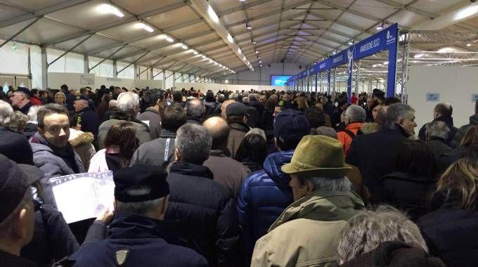 Folla all'ingresso dell'assemblea dei soci Bpv