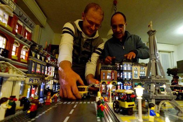 Omar Zanella e Roberto Maggioni con le loro creazioni / Rossi