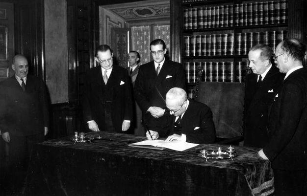 Enrico De Nicola firma la nuova Costituzione a Palazzo Giustiniani