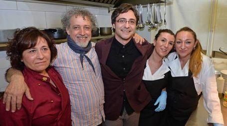 Lo Chef Maradona ospite alla Locanda Del Capitano con Francesco Bugnai (Checco) Titolare del locale nella cucina con Chef e cuoche. Luca Castellani/Fotocastellani