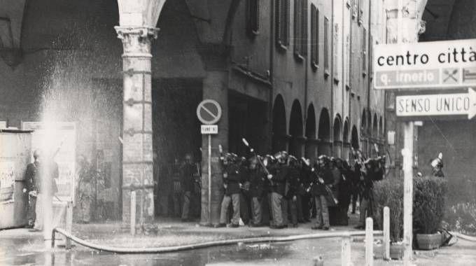 Il centro di Bologna devastato dagli ultrà