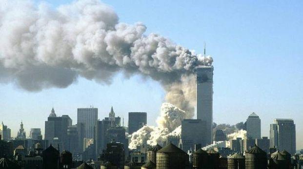 IL WORLD TRADE CENTER DI NEW YORK CON FIAMME E FUMO DOPO LO SCHIANTO DEI DUE AEREI